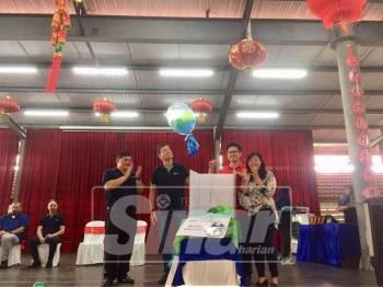 Howard Lee (dua, kanan) ketika perasmian Hari Terbuka Sukan Untuk Golongan OKU di Ipoh di Sekolah Jenis Kebangsaan Cina Poi Lam Bandar Baru Sri Kleban, hari ini.