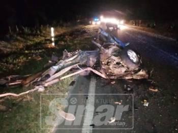 Keadaan kereta mangsa yang remuk akibat kemalangan di Jalan Bahau-Rompin, semalam.