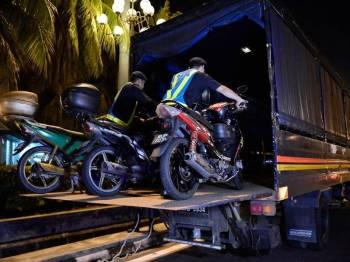 Anggota Jabatan Pengangkutan Jalan (JPJ) Wilayah Persekutuan Kuala Lumpur menyita 11 motosikal yang melakukan pelbagai kesalahan pada Operasi Khas Motosikal sempena Tahun Baru Cina di Plaza Tol Duta hari ini. Foto: Bernama