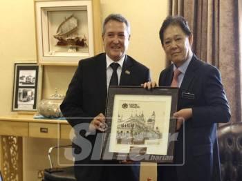 Mohamaddin menerima kunjungan hormat Duta Peru ke Malaysia, H.E Guido F.Loayza di pejabatnya, di Putrajaya di sini, hari ini.