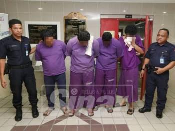 Keempat-empat ahli Geng Van Putih ini mengaku tidak bersalah atas dakwaan melakukan rompakan terhadap seorang warga asing ketika dihadapkan ke Mahkamah Sesyen Kuala Terengganu hari ini.