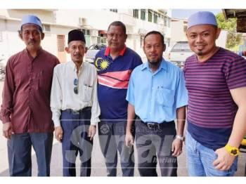 Noor Saiful (kanan) bersama sebahagian ketua kampung menyatakan sokongan kepada Osman.