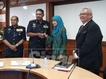 Narenasagaran bersalaman dengan Mahanom selepas Mesyuarat Jawatankuasa Permuafakatan Peringkat Negeri Pulau Pinang tadi.