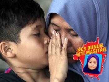 Adik Siti Masitah, Mohd Khairi Tarmizi menyeka air mata Solihah ketika ditemui media di rumahnya di Kampung Kemahang, hari ini.
