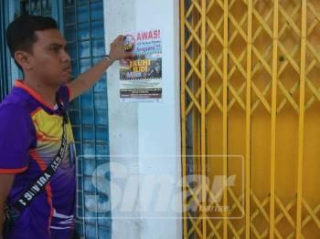 Anggota penguatkuasa JAIM turut menampal poster di beberapa premis tentang amaran berjudi bagi umat Islam.