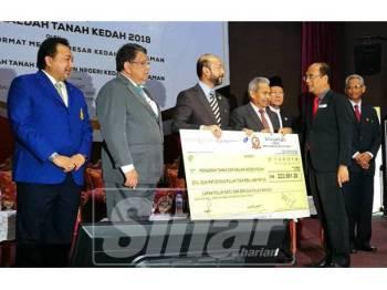 Mukhriz (tiga, kiri) menerima replika cek pembayaran cukai tanah daripada pembayar cukai.