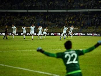 Pemain pasukan Perak meraikan kejayaan setelah menang keatas pasukan Kitchee Sc pada pertembungan pusingan kelayakan Liga Kejuaraan AFC di Stadium Perak malam ini. - Foto Bernama