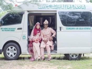Mohd Humaidi bersama isteri bergambar di van jenazah.