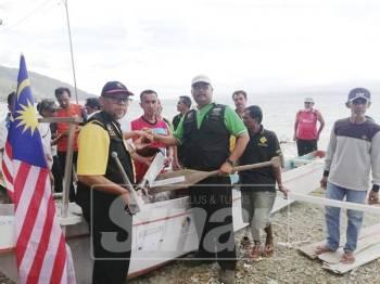 Mas Imran (tiga, kanan) ketika menjayakan misi #Perahu4Palu.