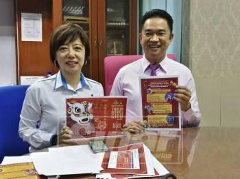 Teo Kok Seong dan Nicole menunjukkan risalah program sempena sambutan Tahun Baru Cina peringkat kebangsaan, semalam.