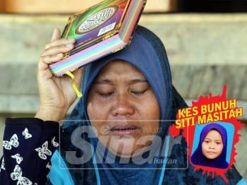 Solihah menjunjung al-Quran anaknya kerana sanggup bersumpah atas nama ALLAH bahawa dia tidak pernah menyimpan dendam dengan suspek
