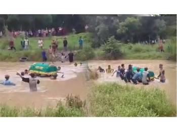 Keranda itu terpaksa dihanyutkan kerana tiada jambatan.