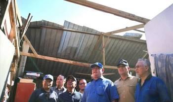 Noh (tiga، kanan) meninjau salah sebuah rumah penduduk terjejas di Kampung Seri Tiram Jaya، di sini.