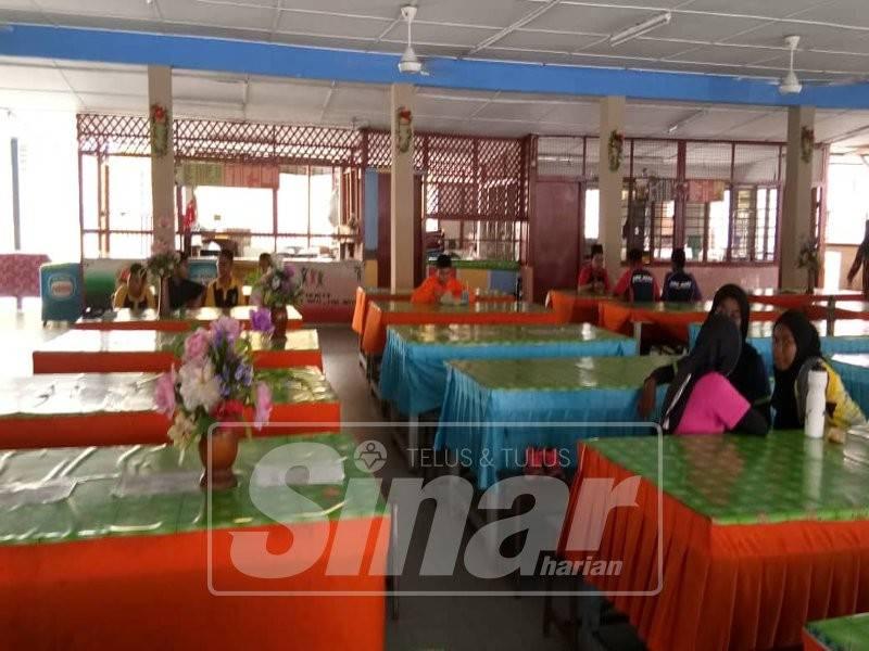 Kerusi dan meja di kantin tidak mencukupi untuk menampung bilangan pelajar.