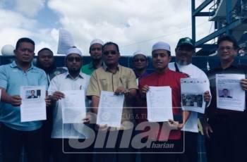 Mohd Zakhwan bersama Andansura dan ahli Pas menunjukkan laporan polis bagi mendesak dana asing yang didakwa diterima parti DAP di perkarangan IPD Kuantan, hari ini.