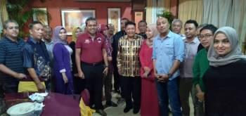 Ramah mesra antara Ahmad Jazlan dan para pengamal media di Kelantan.
