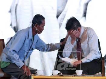 Wakil petani dari Pertubuhan Peladang, kawasan Sungai Besar, Ibas (kiri) menenangkan Salahuddin yang menitiskan air mata ketika membaca warkah yang disampaikan buatnya. - Foto Sinar Harian/ Asril Aswandi Shukor