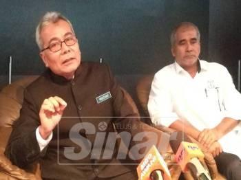 Mohd Redzuan (kiri) dan Aziz pada sidang media Konvensyen Memperkasakan Usahawan Bumiputera (KUB) 2018, di Dewan Jubli Perak, hari ini.