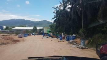 Keadaan lokasi sebelum kerja-kerja pembersihan dan mengeluarkan tong-tong drum dilakukan. Foto: Kerajaan Negeri Selangor