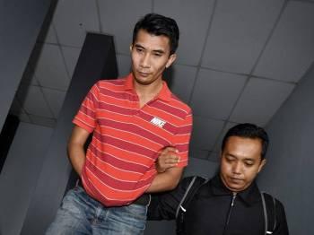 Anggota polis Mohd Nur Baderyshah Matasum, 34, (kiri) mengaku tidak bersalah di Mahkamah Sesyen hari ini atas tujuh pertuduhan menyalahgunakan harta milik Polis Diraja Malaysia (PDRM) iaitu kad inden bernilai lebih RM90,422.90, dua tahun lepas. - Foto Bernama
