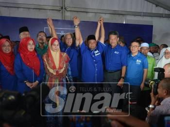 Zakaria Hanafi diumumkan oleh Timbalan Presiden UMNO, Datuk Seri Mohamad Hasan sebagai Calon BN PRK Semenyih, hari ini. - Foto Sinar Harian/Sharifudin Abdul Rahim