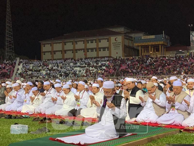 Timbalan Mufti Kelantan, Datuk Abdul Kadir Nik Muhamad membaca doa ketika solat hajat memohon mempermudahkan bayaran balik tuntutan royalti minyak negeri ini.
