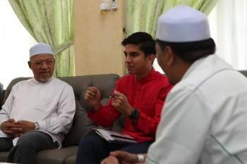 Syed Saddiq (tengah) ketika pertemuan bersama Ahmad semalam.
