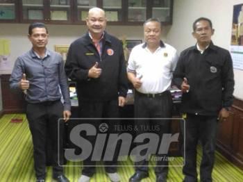 Dari kiri Nusantara, Fared, Artisan dan Wan Mat selepas menandatangani perjanjian persefahaman antara dua buah badan sukan itu.