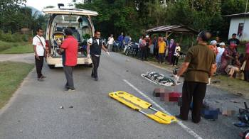 Seorang maut dan seorang lagi cedera parah setelah motosikal ditunggang mereka terlibat kemalangan. di KM 2 Bukit Perah - Kuala Kejir (Kg Jak), Hulu Terengganu, lewat petang tadi.-Ihsan Polis