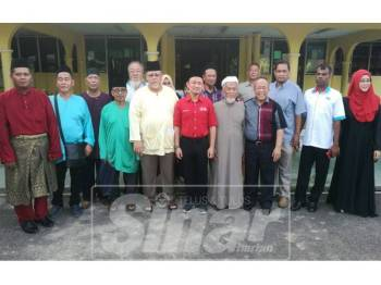 Maszlee (tengah) selepas Program Sembang Santai MPKK dan penduduk kampung di Masjid Al-Mustaqim Kampung Tengah Renggam.