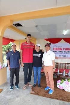 Mohd Azli (tengah) ketika Program Turun Padang Pengerusi Kesedar, Datuk Sazmi Miah, di Padang RKT Paloh 3, di sini.