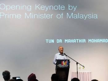 Perdana Menteri Tun Dr Mahathir Mohamad berucap pada Forsea KL '19 Democracy Fest di White Box Publika hari ini. Foto: Bernama