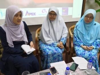 Dari kiri Azlina, Prof Madya Dr Zaharah dan Dr Fatimah Az Zahra.