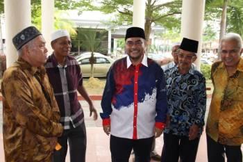 Mujahid Yusof (tengah) tuntut permohonan maaf daripada Abdul Hadi.
