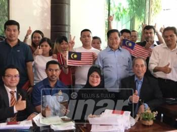 Wakil kerajaan Sarawak dan Menteri Kanan Tugas-Tugas Khas Kemboja bersama 47 rakyat Malaysia yang ditahan.