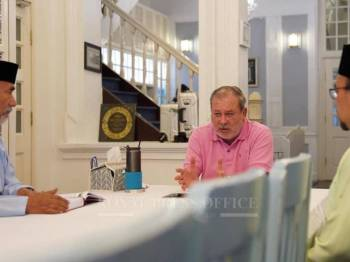 Sultan Ibrahim ketika pertemuan baginda bersama Noh dan Yahya, hari ini. - Foto Facebook rasmi pejabat Akhbar Istana Johor