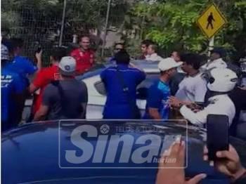 Paparan skrin penyokong BN 'menyerang' Syed Saddiq ketika beliau berjalan berhampiran kumpulan penyokong BN.