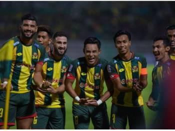 Zaquan Adha (tengah) menjaringkan gol sulung Lang Merah. Foto: AHMAD ZAKI OSMAN