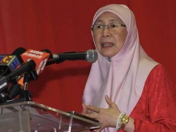 Timbalan Perdana Menteri Datuk Seri Dr Wan Azizah Wan Ismail berucap pada Majlis Sambutan Tahun Baharu Cina peringkat Parlimen Pandan di Taman Muda hari ini. Foto: Bernama