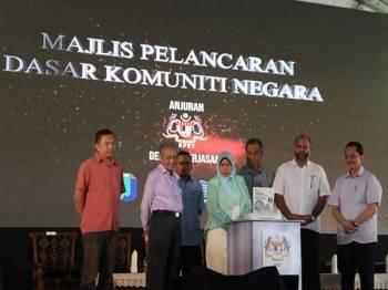 Dr Mahathir semasa perasmian Dasar Komuniti Negara di Padang Awam Taman Puchong Indah, di sini, hari ini.- Foto Bernama