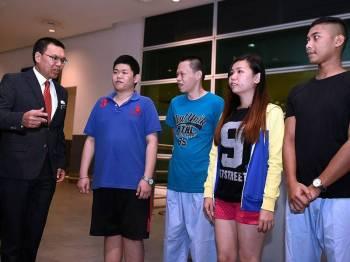 Ketua Setiausaha Kementerian Luar Negeri Datuk Seri Muhammad Shahrul Ikram Yaakob (kiri) menyambut empat daripada 47 warga Malaysia yang dibebaskan dari tahanan penjara di Kemboja sejurus tiba di Lapangan Terbang Antarabangsa Kuala Lumpur 2 (KLIA2) hari ini. - Foto Bernama