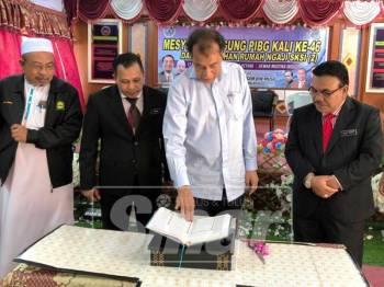 Husam (dua, kanan) merasmikan Mesyuarat Agung Persatuan Ibu bapa dan Guru (PIBG) Sekolah Kebangsaan Sultan Ismail, kali ke46.