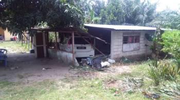 Keadaan rumah dan kenderaan selepas kemalangan.