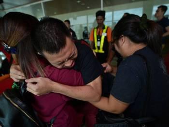 Seramai 40 anak Sarawak yang ditahan di penjara Kemboja kerana disyaki terlibat aktiviti perjudian dalam talian secara haram, selamat tiba di Terminal VIP Lapangan Terbang Antarabangsa Kuching, pada jam 2.20 petang hari ini, bersama-sama tiga lagi bekas tahanan dari Sabah. - Foto Bernama