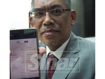 Dr Ismail menunjukkan salinan transaksi wang daripada UMNO kepada Pas.