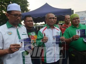 Pengarah Pilihan Raya Pas Selangor, Roslan Shahir Mohd Shahir melawat dan beramah mesra bersama penduduk setempat di Pasar Malam Taman Jenaris Kajang hari ini. Foto: SINAR HARIAN/ SHARIFUDIN ABDUL RAHIM