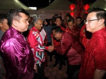 Perdana Menteri Tun Dr Mahathir Mohamad bersalaman dengan tetamu ketika hadir Rumah Terbuka Malaysia Tahun Baharu Cina 2019 di Dataran Centrio, Seremban 2. - Foto Bernama