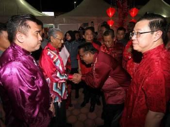 Perdana Menteri Tun Dr Mahathir Mohamad bersalaman dengan tetamu ketika hadir Rumah Terbuka Malaysia Tahun Baharu Cina 2019 di Dataran Centrio, Seremban 2 di sini, malam ini. - Foto Bernama