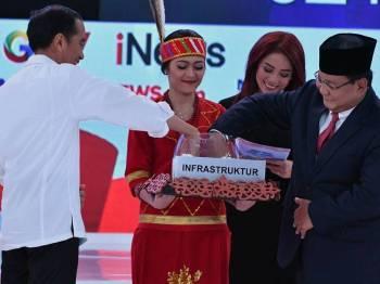 Kedua-dua calon Pilpres memilih soalan secara rawak ketika debat pusingan kedua, semalam. - Foto: AFP