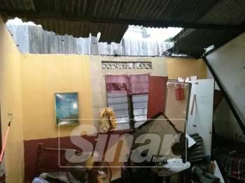 Selain bahagian dapur, rumah didiami keluarga ini turut mengalami kerosakan di bahagian bumbung.